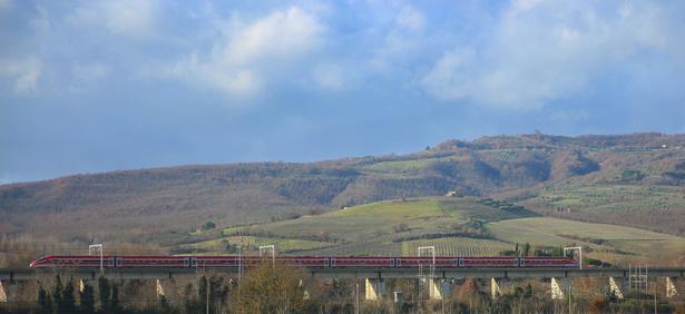 Med tog kan man til fulde nyde Italiens landskaber.