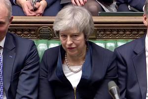 Theresa May led et historisk nederlag i parlamentet tirsdag aften.  Dermed er der stadig ikke udsigt til en løsning på den største politiske krise i Storbritannien i flere generationer.