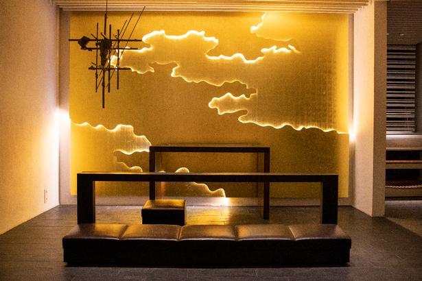 Rigshospitalets kirke er åben for alle og byder blandt andet på Astrid Kroghs både smukke og elegante vægværk 'Lysvæld', der efter eget valg kan være et billede på naturen, det guddommelige - eller begge dele.