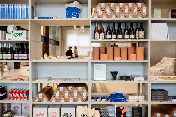 I caféen kan man både nappe kaffe og kigge i magasiner, studere Cobes nye arkitekturmodeller eller købe en flaske vin med hjem.