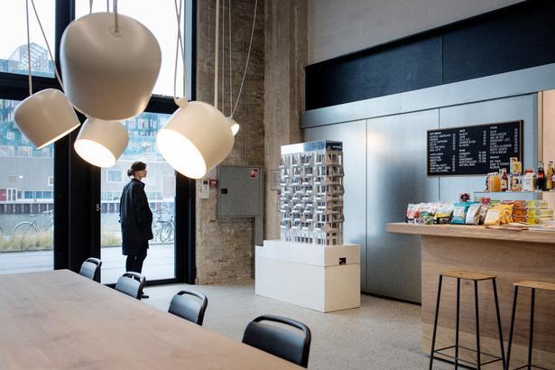 Caféen har kun åbent i Cobes kontortid, så kaffen skal man finde andetsteds i weekenden.