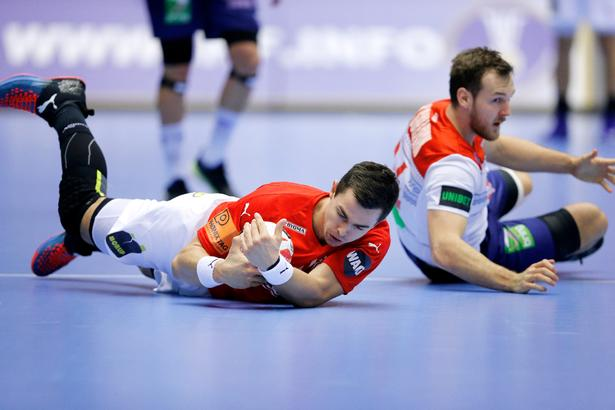 VM i håndbold: Danmark - Norge. Danmarks  Rasmus Lauge  og Norges Christian O'Sullivan.