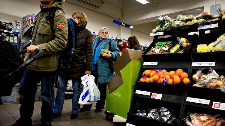 Professor på Aalborg Universitet Ole B. Jensen er optaget af, hvad der er på spil, når vi står og venter på bussen eller i supermarkedet. Han har søgt om midler til at kunne forske specifikt i køer.