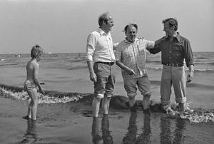Anker Jørgensen åbnede badestranden sammen med amtsborgmester Per Kaalund og Frederiksbergs førstemand John Winther. Arkivfoto.