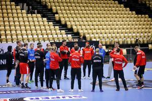 Tirsdag trænede landsholdet for lukkede døre i Boxen. Onsdag vil der være fuldt hus, når pladsen i semifinalen skal sikres.