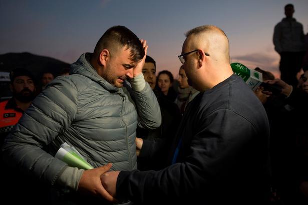 Julens forældre Jose Rosello (til venstre) og Victoria Garcia har ikke mistet håbet om, at redningsfolkene når ind til deres søn i tide.
