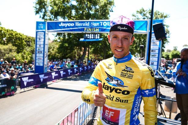 Michael Woods med en optimistisk attitude efter at have forsvaret førertrøjen på 3. etape i Herald Sun Tour. Foto: Con Chronis