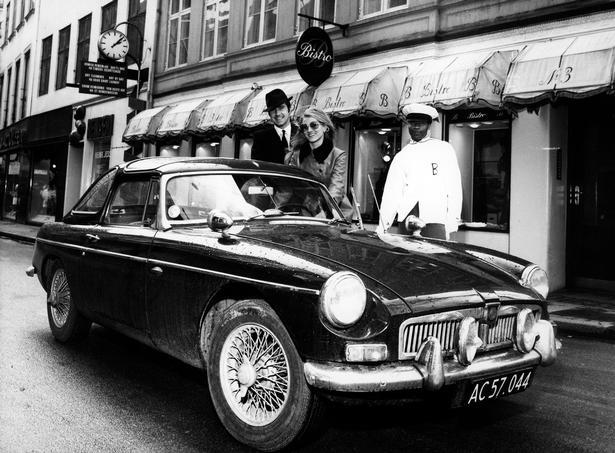 Parret var en del jetsettet og festede ofte på de meste eksklusive natklubber i København. På billedet ses de med med butler og sportsvogn.