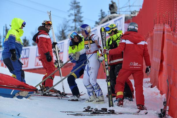 Efter at have sundet sig et par minutetr var den hårdføre Lindsey Vonn på skiene igen.