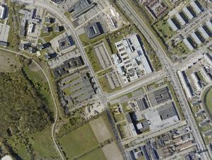 Journalisthøjskolen ligger på hjørnet ud mod det grønne areal.