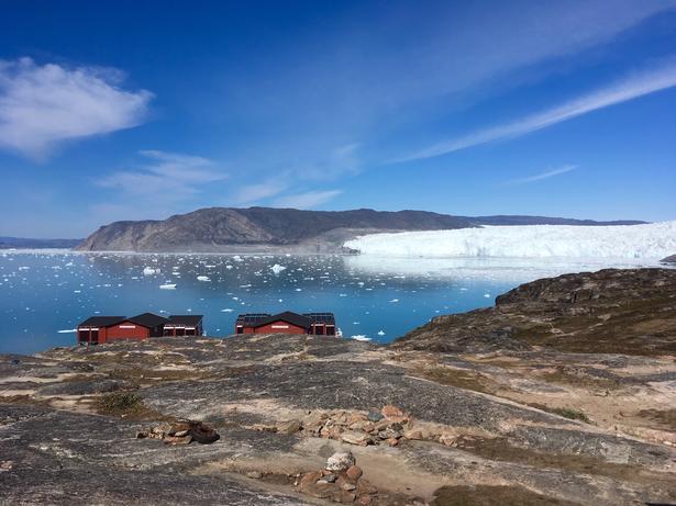Frit og smukt udsyn til den grønlandske gletsjeren Eqip Sermia, som kælver øredøvende.