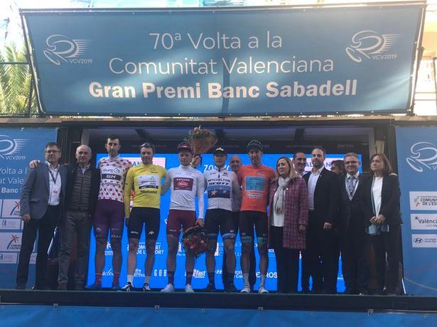 Mads Würtz Schmidt i den hvide ungdomstrøje mellem nordmanden Edvald Boasson Hagen i gult og den italienske etapevinder Matteo Trentin i EM-trikot ved hyldestseancen i Alicante. Foto: Vuelta a Valenciana.
