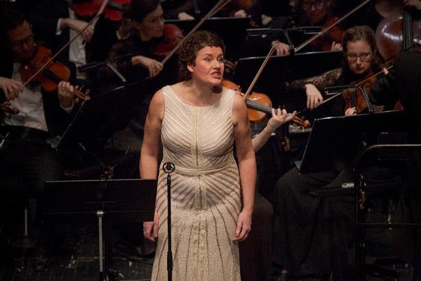 Ann Petersen sang intenst og sitrende foran Det Kongelige Kapel i god form.