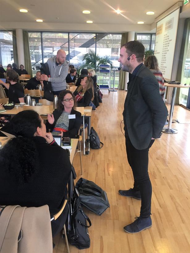 Thomas Medom snakker med et par deltagere før dialogmødet om de nye fælles mål