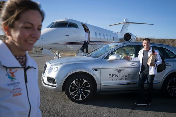 Pat Cash er ikke let at imponere med luksus, og australieren jagtede i stedet nye Björn Borg-underbukser under besøget i Stockholm. Dem har han i hånden. Til venstre ses chefen for ATP's Champions Tour, briten Caroline Lacy.  Foto: Lars Dareberg