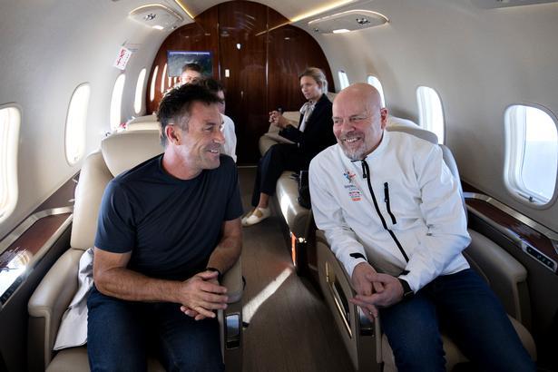 Her sidder Pat Cash i samtale med den svenske arrangør Mårten Hedlund på privatflyet mellem Malmö og Stockholm. Foto: Lars Dareberg