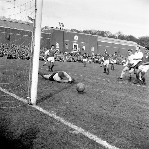 Benfica mod AGF på Århus Stadion 30.3.1961 (dengang byen blev stavet med bolle-å). Den franske dommer Bois har kastet mønten. AGF skal forsøge at vende 3-1-nederlaget i første kamp i Lissabon, men blot to minutter inde i kampen sender Benficas megastjerne Jose Augusto (nummer 7) bolden ind første gang bag Henry From, og de 22.500 tilskuere kunne se frem til et klart AGF-nederlag på 1-4 efter 0-3 ved pausen. Men begejstringen for portugiserne var så enorm, at århusianerne bar en rædselsslagen målscorer Augusto i guldstol fra banen.  31. maj besejrede Benfica Barcelona med 3-2 i finalen på Wankdorfstadion i Bern, Schweiz.
