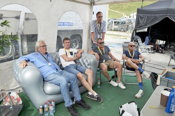 GENHØR. Disse TV2-gutter kommer vi utvivlsomt til at høre for fuld udblæsning, når Tour de France starter i København i 2021. I sofaen sidder Jørgen Leth og Chris Anker Sørensen, Dennis Ritter står bag Rolf Sørensen, og siddende til højre er det Brian Nygaard.