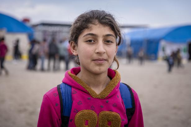 """11-årige Mai bor i en flygtningelejr og ønsker bare at kunne vende tilbage til sin hjemby, så livet kan blive lige så godt som før krigen. Eller bedre. """"Hvis vi boede i vores gamle hus, ville det ikke blive oversvømmet, hver gang det regnede, som det bliver i teltet""""."""
