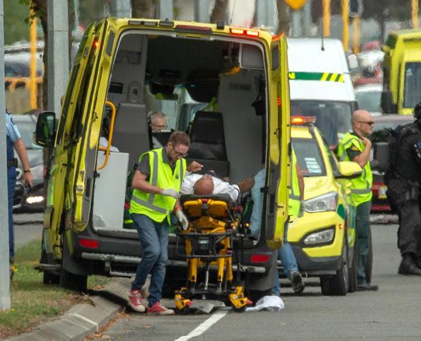 Ambulancefolk foran Al Noor-moskéen i Christchurch.