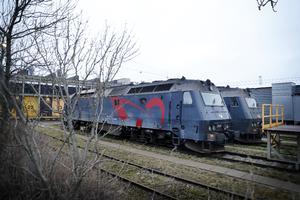 DSB's ME lokomotiver står stille på grund af revner i akslerne. Det betyder aflyste tog for pendlerne til blandt andet Korsør, Kalundborg og Holbæk. Her opstillede lokomotiver på DSB's værksted på Otto Bussesvej i København.