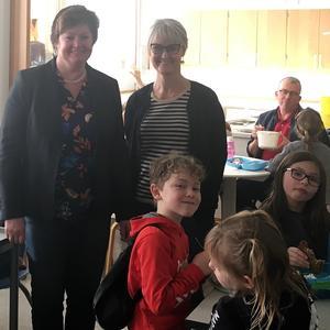 V-ordfører Anni Matthiesen og skoleleder Jette Bech Mathiesen i spisefrikvarteret på Skovlund Skole.
