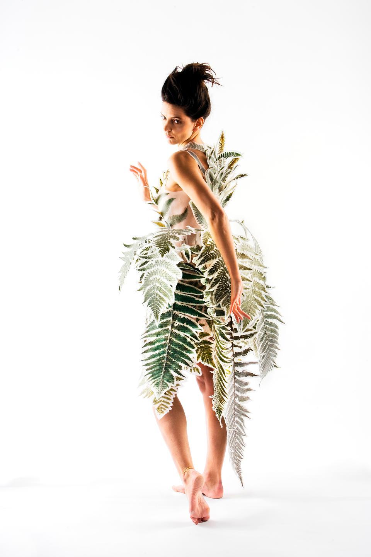 Naturen inspirerer stadig som i denne 'bregnekjole' af Laura Baruël fra 2006. Og flere og flere designere begynder at tænke bæredygtighed ind i deres kreationer.