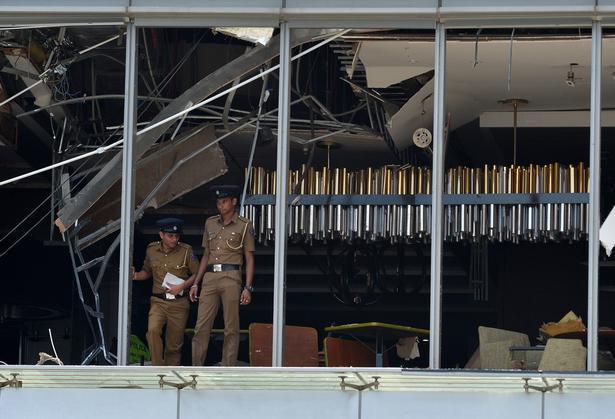 Efter eksplosionerne blev bombemålene bevogtet af militær, mens de døde og sårede blev bragt væk