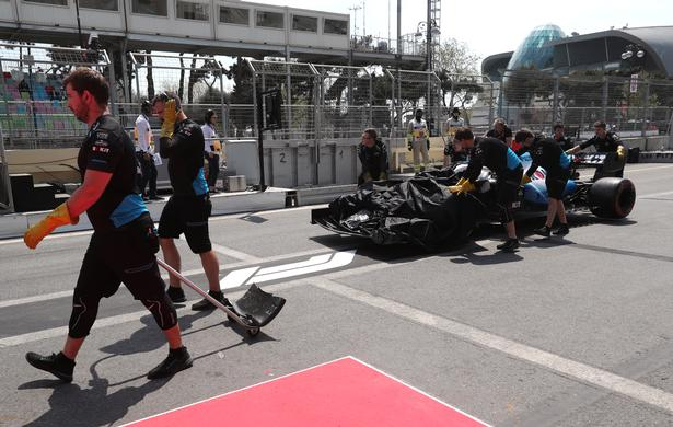 Williams-holdet slæber George Russells bil væk efter det absurde uheld i Baku, hvor der kom flere uheld og et stop for træningen.