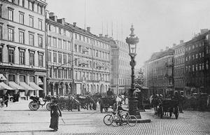 Brunkebergstorg omkring 1900-1910 set fra nord mod syd. Senere blev brostenene erstattet med asfalt, og der blev etableret parkeringspladser. KLIK PÅ BILLEDET FOR AT FORSTØRRE DET.