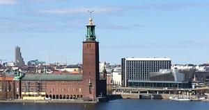 Stockholm Waterfront (th.) med Stockholm Stadshus på sin venstre side. KLIK PÅ BILLEDET FOR AT FORSTØRRE DET.