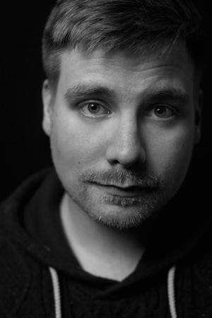 Andrias Høgenni er færøsk filminstruktør nyligt uddannet på filmskolen Super 16. Andrias har tidligere instrueret en lang række kortfilm og vundet flere priser, blandt andre 'Stina Karina' (2015), 'Sidste Omgang' (2015), 'Et Knæk´(2016). Hans afgangsfilm 'Ikki illa meint' (2018) er netop udtaget til Cannes sideprogram Critics' Week - Semaine de la Critique.