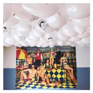 Et fotografi af den argentinske popkunstner Marcos López er blevet klistret op på restaurantens endevæg.