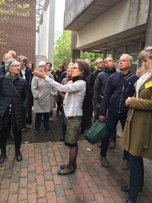 Anna Mette Exner på byvandring med arkitekter fra årskonferencen.