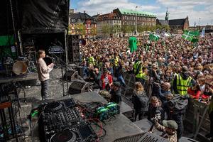 Hun er knap halvanden meter høj, men hun kan tale en folkemæmgde op: Teenageaktivisten Greta Thunberg sendte Folkets Klimamarch af sted med en opsang om, at hvis alle levede som i Sverige eller Danmark, var planeten allerede gået under.