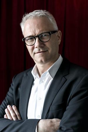 Karsten Jansfort. Skuespiller. 53 år. Er for første gang medvirkende i Cirkusrevyen på Bakken. Han er bl.a. kendt fra tv-serier og revyer og har flere gange parodieret tidligere statsminister Anders Fogh Rasmussen.