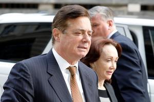 Paul Manafort på vej til et af de retsmøder, der endte med at sende ham bag tremmer.