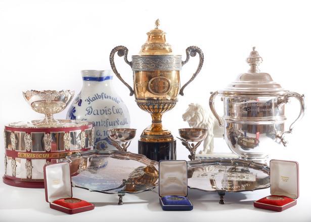 Et udsnit af de pokaler og medaljer, der blandt meget andet sættes på auktion for at skaffe penge til Boris Beckers konkursbo.