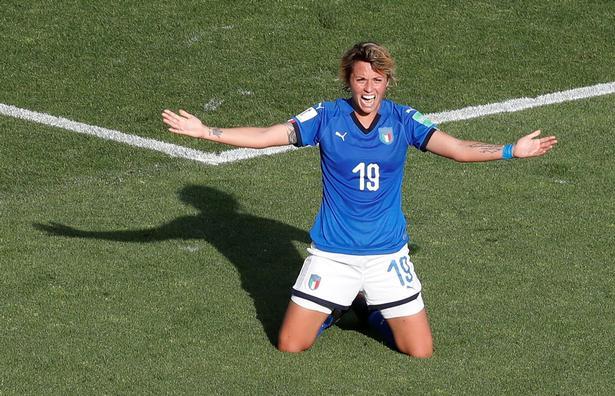 Italienske storklubber som Juventus, AC Milan, AS Roma og Fiorentina har indenfor de seneste fem år tage kvindefodbolden til sig. Det giver nu italiensk bonus i form af en VM-kvartfinale, som Milan-spilleren Valentina Giacinti med sin 1-0-scoring sendte de blåblusede i retning af.