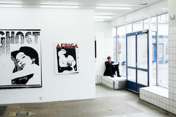 Jesper Elg, der ses på billedet, er stifter og medejer af V1 Gallery, som er et af gallerierne i Kødbyen, der er indrettet i rå lokaler.