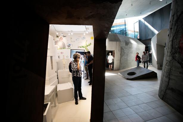 De menneskelige fortællinger omkring opbygningen af Hitlers Atlantvold er temaet i den permanente udstilling 'En hær af beton', og det fascinerer besøgende.