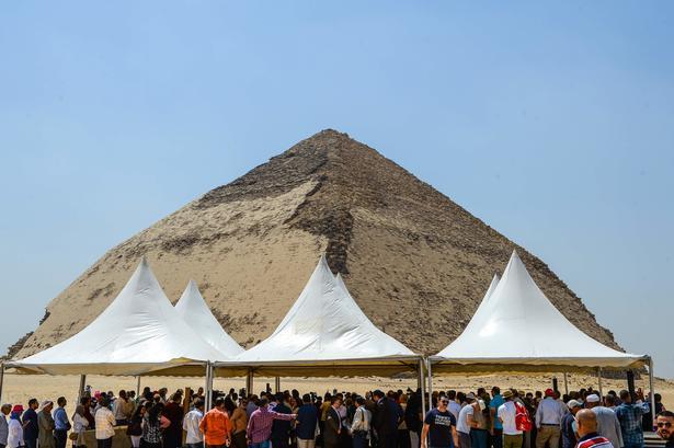 Folk samles uden for pyramiden.