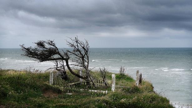 Maarup Kirkegård er ved at styrte i havet. Selve kirken blev fjernet mellem 2008 og 2015.