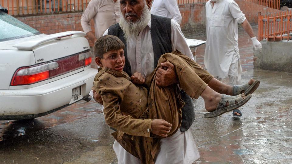Bombe dræber mindst 62 under fredagsbøn i afghansk moské