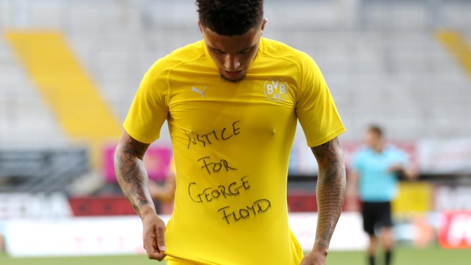 Fodbolddommer kritiseres for at give målscorer gult...