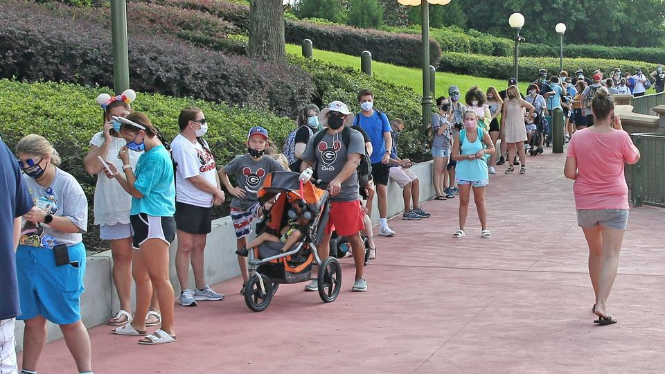 Florida smadrer smitterekord, mens Disney World åbner igen