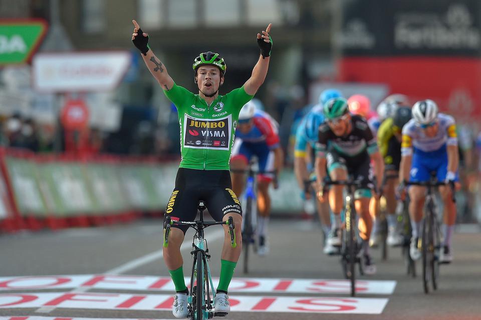 Roglic scorer hattrick med eksplosiv finish og tilbageerobrer Vuelta-tronen med minimal margin
