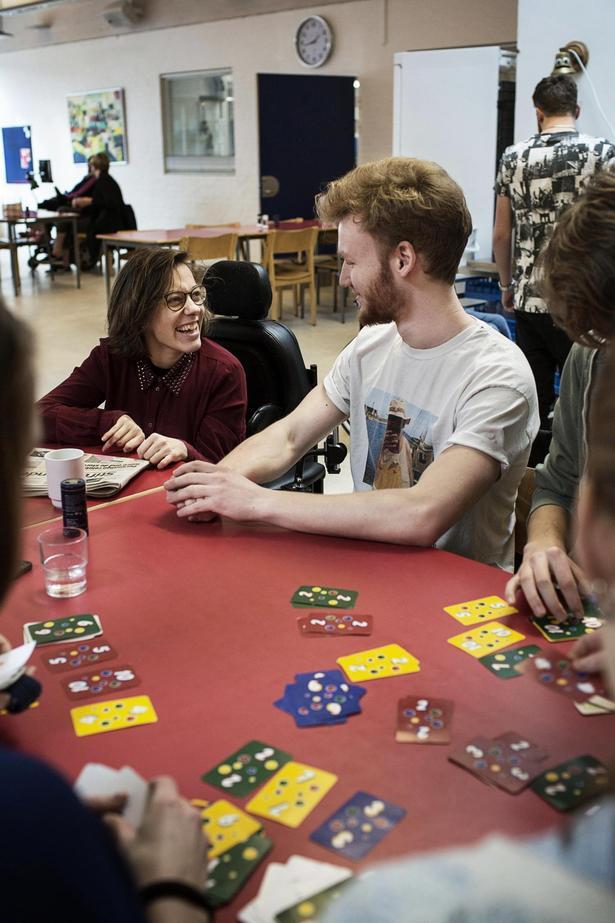 Ved Lea og Simons første møde var hun »ved at brække sig af grin« over hans jokes.