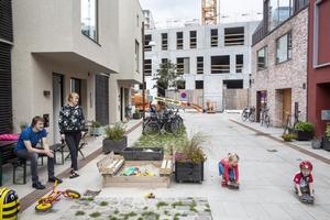 Peter Thielst og Tonje Vestby er glade for at bo i Nordhavn i København, hvor der skyder et alment boligbyggeri op for enden af gaden. Men med boligskatter på 10.000 kr. om måneden bliver det umuligt for almindelige mennesker at bo her, siger de.