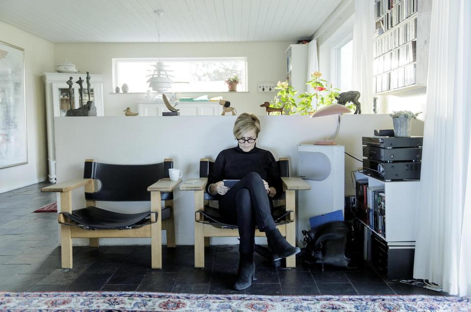 Værdierne har hun med sig fra det lille, tætte samfund, hvor alle tog ansvar. Og endnu i dag bor Mette Bock bare 500 meter fra, hvor hun voksede op. Ellers har hun nu flest ærinder i fremtiden, siger hun. Computeren i ministerkontoret er fjernet. Mette Bock bruger helst kun iPad.